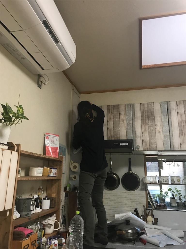 ずっとやりたかったキッチンのシンク上の収納扉にリメイクシート貼りました!