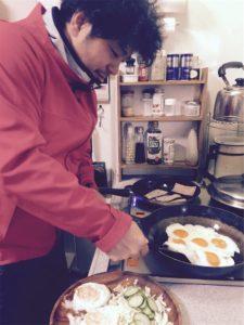 資源ゴミの回収日なので夫に行ってもらう。 そのあと夫と一緒に朝食の準備をして