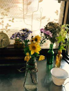 家に入って花を飾って